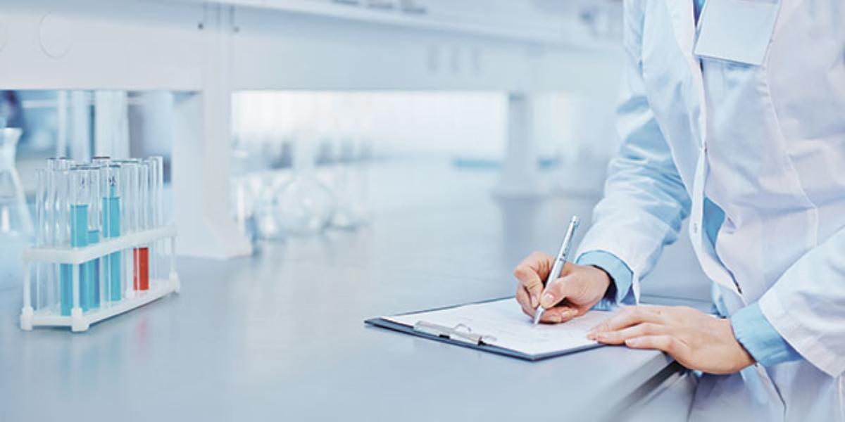Quels sont les besoins absolus des laboratoires en matière de gestion et de service clients ?